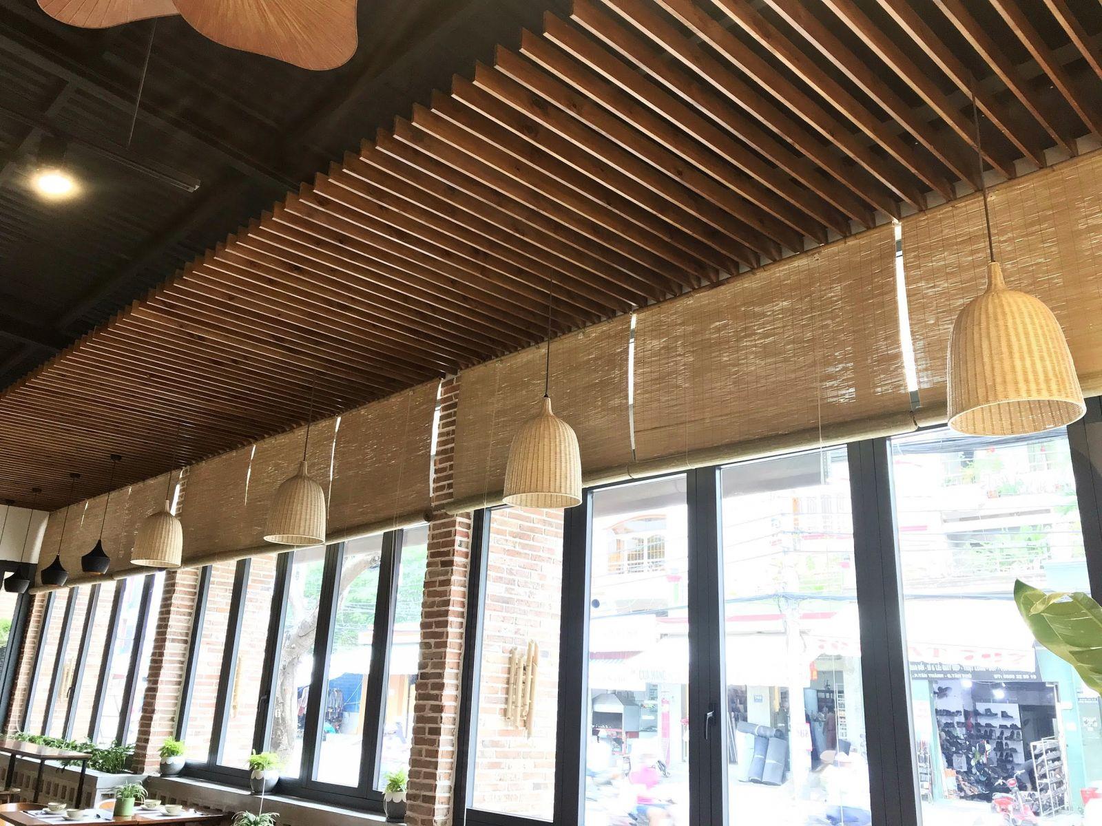 phần trần nhà hàng sử dụng thanh gỗ