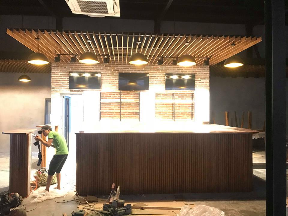 pcm thi công quầy phục vụ ốp gỗ tại nhà hàng